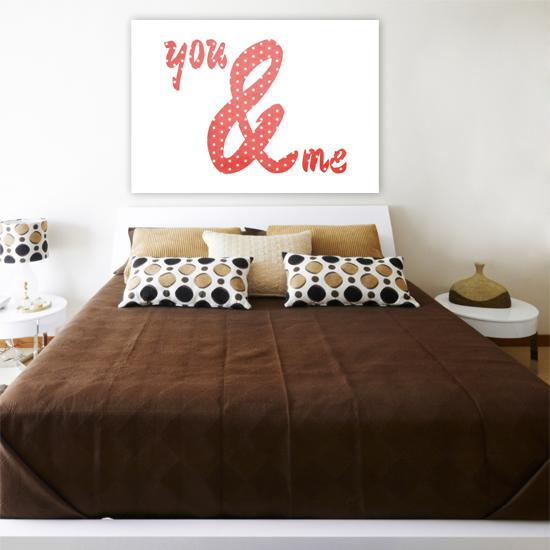Jak ozdobić ścianę nad łóżkiem? Jakie napisy do sypialni?