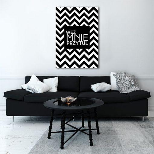 plakat na ścianie nad sofą czarno-biały