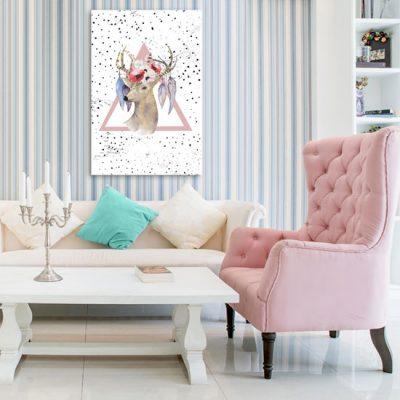 salon z jeleniem i trójkątnym tłem