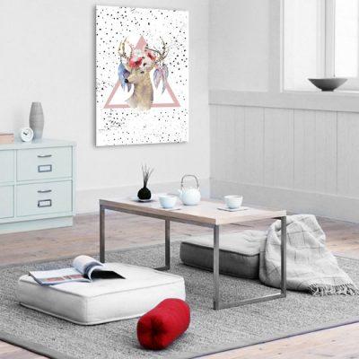salon z obrazem jelenia i kwiatami