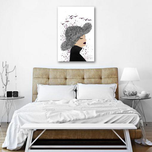 kobieta z kapeluszem na obrazie