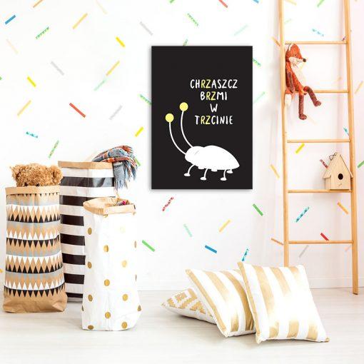 czarno-biało-żółty plakat z chrząszczem