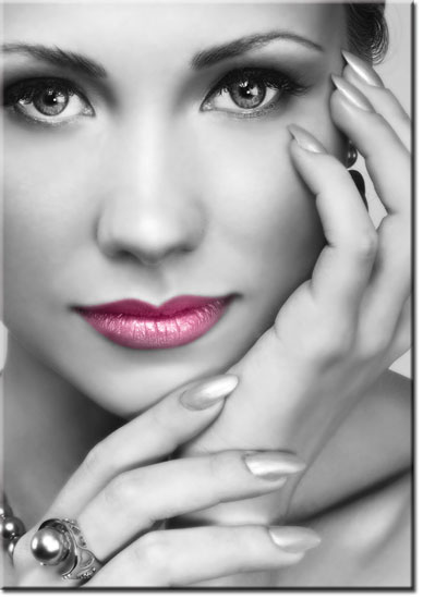 różowe usta na czarno-białym plakacie