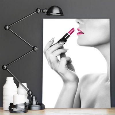 czarno-biała kobieta z różowymi ustami na plakacie