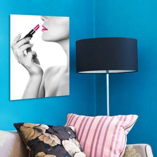 różowe usta na plakacie i szminka