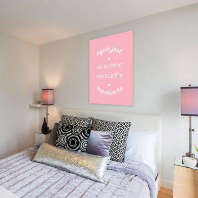 paznokciowy plakat w sypialni
