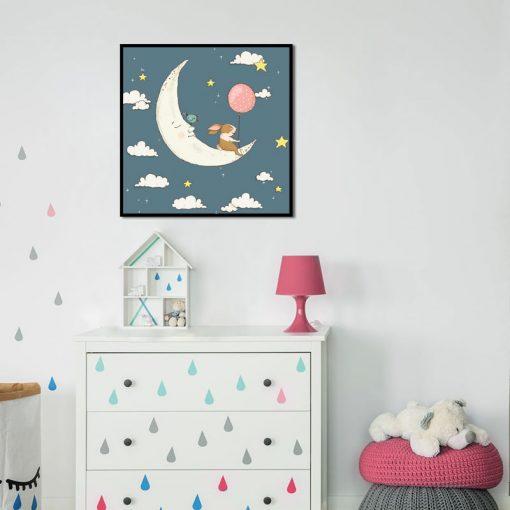 śpiący księżyc na granatowym plakacie