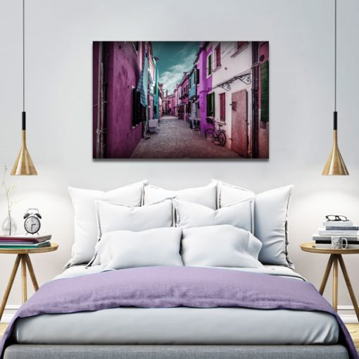 uliczka z różowymi dodatkami