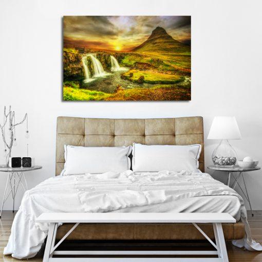 sypialnia z góra i wodospadem