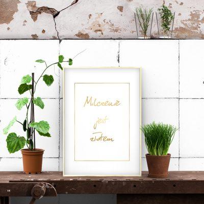 metaliczny plakat w salonie lub pokoju
