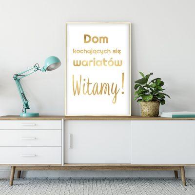 napis o domu na złotym plakacie
