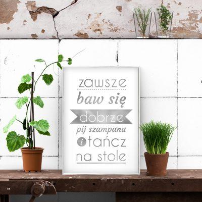 srebrne plakaty z napisami na ścianę