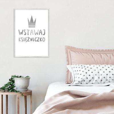 dekoracja do sypialni ze srebrnym napisem