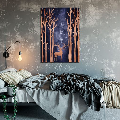 plakat las nocą i jeleń