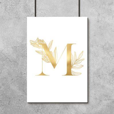 złota literka na plakacie