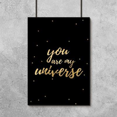 złoty napis o wszechświecie na plakacie