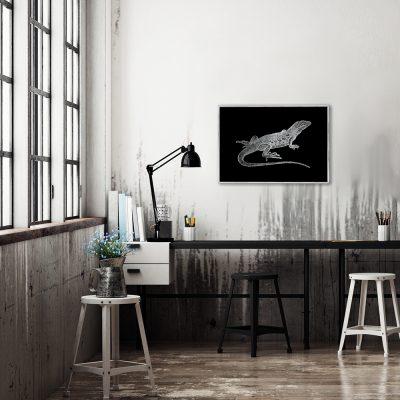 jaszczurka na plakacie z motywem czarnego tła