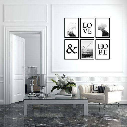 czarno-białe napisy na plakatach