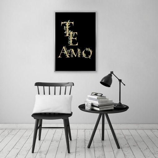 Plakat ze złotym napisem na czarnym tle