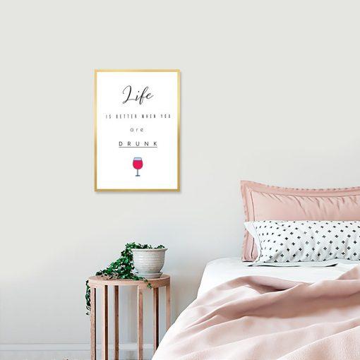 Plakat z kieliszkiem wina i napisem