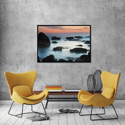 Plakat z motywem morza i skał