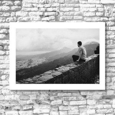 Plakat z krajobrazem i mężczyzną