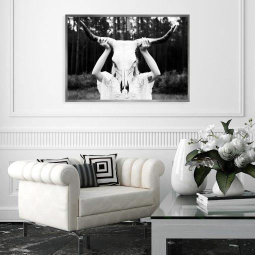 Czarno-biały plakat z czaszką byka