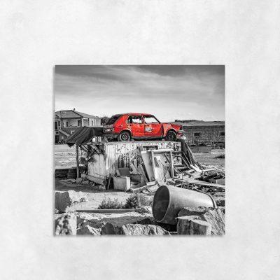 Czarno-biały obraz z czerwonym samochodem