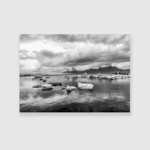 Czarno-biały obraz z górskim krajobrazem