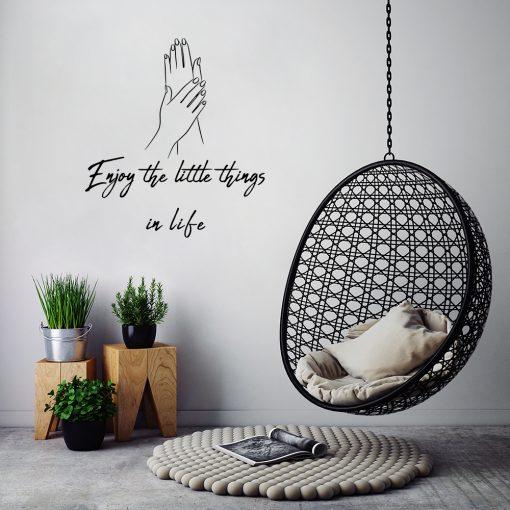 Ornament ścienny z dłońmi i napisem enjoy the little things in life