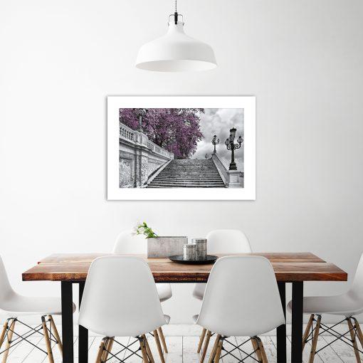 fioletowe drzewa na czarno-białym plakacie