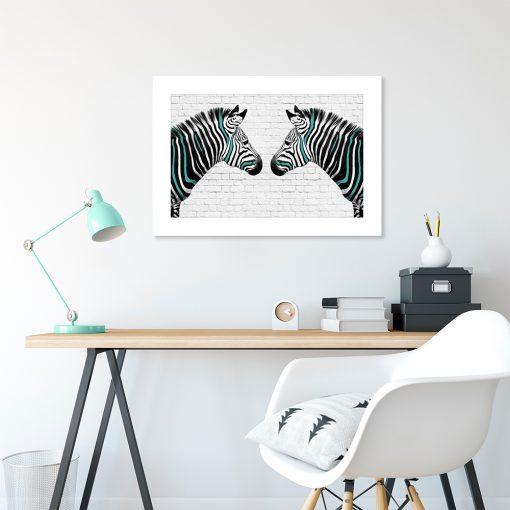 plakat czarno-biały z turkusowym elementem zebry