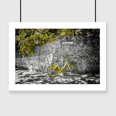 żółty rowerek na plakacie