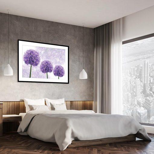 fioletowy plakat z motywem roślinnym