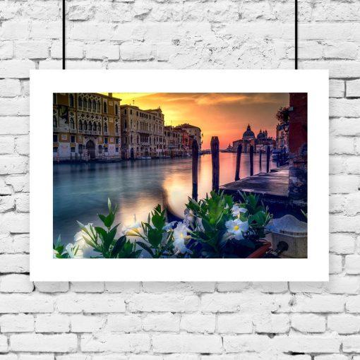 plakat z Wenecją i motywem kwiatów