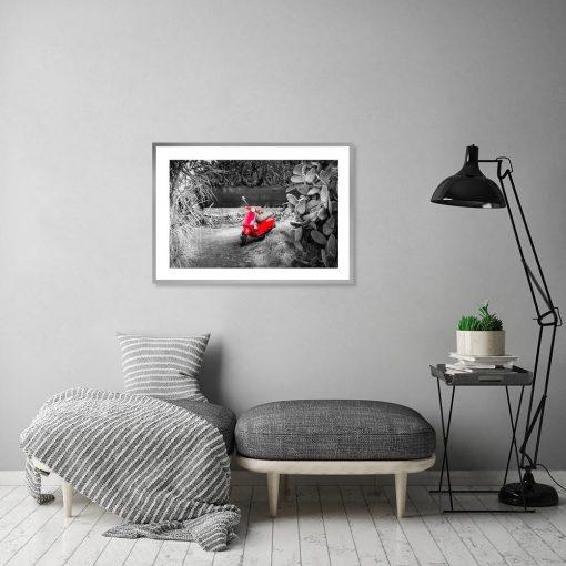 plakat czarno-biały z czerwonym elementem