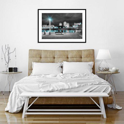 plakat z widokiem na miasto nocą