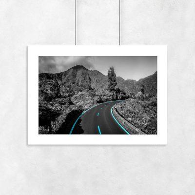 plakat droga między pasmem gór