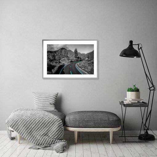 czarno-biały plakat z elementem turkusowym