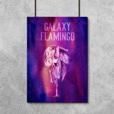 plakat wielokolorowy z napisem galaxy flamingo