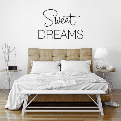 naklejka z napisem na ścianę w sypialni