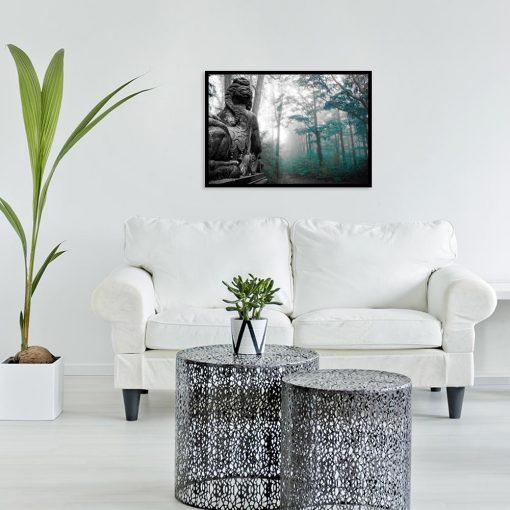 plakat z motywem lasu i posągu