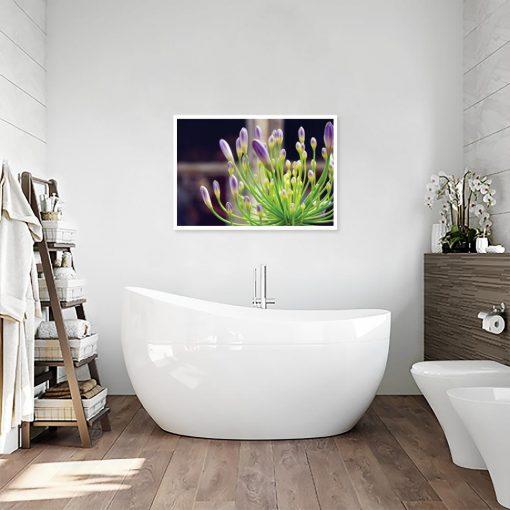plakat roślina i fioletowe pąki