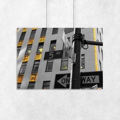 czarno-biały plakat z drogowskazem