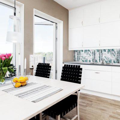 fototapeta do kuchni z cegłą i kwiatami