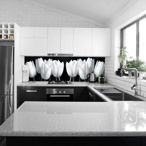 biało-czarne tulipany na fototapecie do kuchni