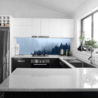 fototapeta kuchenna z motywem zamglonego lasu