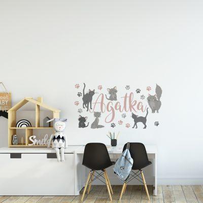 naklejka z imieniem i kotami do pokoju dziecka