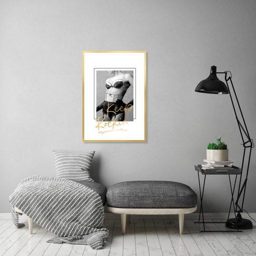 czarno-biały plakat z kobietą