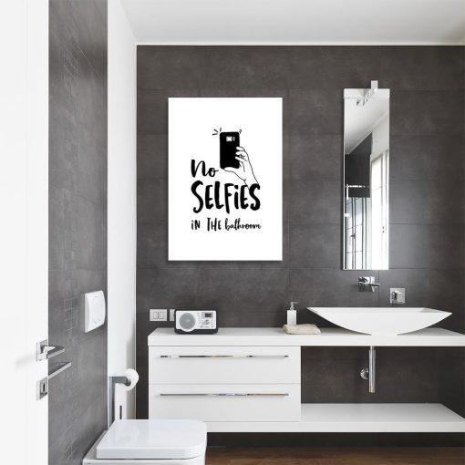 plakat przedstawiający napis No selfies in the bathroom do łazienki